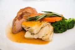 Обедающий жареного цыпленка при брокколи гарнированный с Розмари Стоковая Фотография