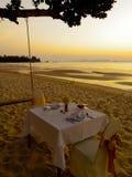 Обедающий на пляже Стоковые Изображения