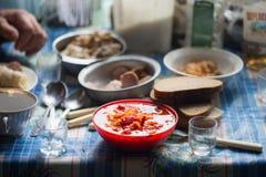 Обедающий на таблице в старом деревенском доме стоковые изображения rf