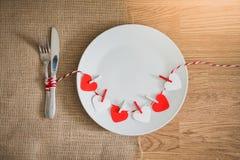 Обедающий дня валентинок с сервировкой стола Стоковые Фото
