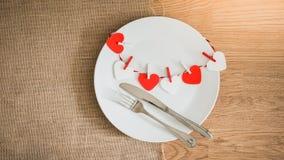 Обедающий дня валентинок с сервировкой стола Стоковые Фотографии RF
