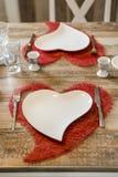 Обедающий дня валентинок устанавливая романтичную влюбленность для космоса экземпляра формы сердца 2 деревянных столов красного Стоковое Изображение