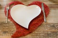 Обедающий дня валентинок устанавливая романтичную влюбленность для космоса экземпляра формы сердца 2 деревянных столов красного Стоковое Фото