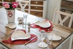 Обедающий дня валентинок устанавливая романтичную влюбленность для космоса экземпляра формы сердца 2 деревянных столов красного Стоковые Изображения