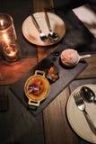 Обедающий свечи светлый с десертом Стоковое фото RF