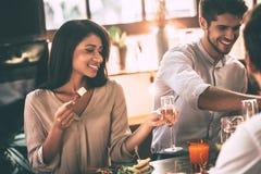 Обедающий с близко друзьями Стоковое фото RF