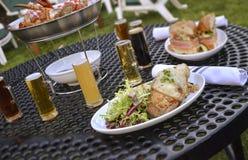 Обедающий с пивом Стоковое Изображение RF