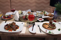 Обедая таблица с тарелками Стоковое Изображение RF