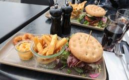 Обед бургера говядины на кафе Стоковые Фото