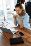 обед вопроса кофейной чашки дела сподручный раскрыл сверх Здоровая усмехаясь женщина есть суп, работая на компьютере Стоковые Изображения