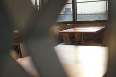 Обеденный стол в ресторане с предпосылкой города Стоковые Изображения RF
