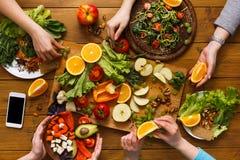 Обеденный стол, женщины ест здоровую кухню еды дома Стоковая Фотография