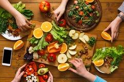 Обеденный стол, женщины ест здоровую кухню еды дома Стоковое Изображение RF