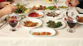 Обеденный стол и среднеземноморская еда сток-видео