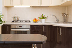Обеденный стол на запачканной предпосылке интерьера кухни Стоковое Изображение RF