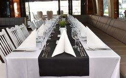 Обеденный стол на роскошной яхте Стоковое фото RF