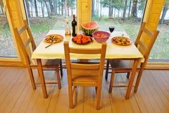 Обеденный стол около панорамного Windows Стоковое Изображение