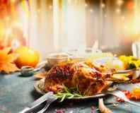 Обеденный стол официальный праздник в США в память первых колонистов Массачусетса с зажаренным в духовке индюком Стоковое фото RF