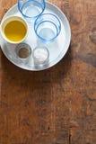 Обеденный стол сервировки 2 пустых синего стекла, оливковое масло, солят Стоковая Фотография