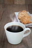 Обеденный стол с горячей кофейной чашкой Стоковые Изображения RF