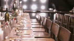 Обеденный стол чувствительной сервировки восхитительный для элегантного банкета с свечами сток-видео