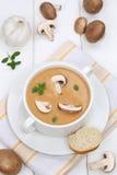 Обед еды супа гриба с грибами в шаре Стоковые Фото