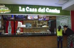 Обед заказа людей в кафе фаст-фуда в Боливии стоковая фотография rf