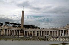 Обелиск перед базиликой St Peter в Ватикане Стоковое Изображение RF
