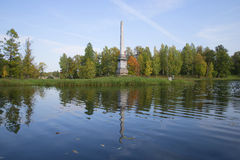 Обелиск Chesma в ландшафте осени Дворец и парк Gatchina Стоковые Изображения