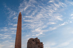 Обелиск Hatsepsut на зоре, висок Karnak, обелиск предварительного просмотра загрузки спасения Луксора, Египта Hatsepsut на зоре,  Стоковые Фото