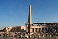 обелиск 25m на квадрате St Peters в Ватикане стоковое изображение