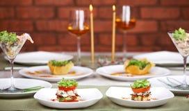 обед романтичные 2 света горящей свечи Стоковые Фотографии RF