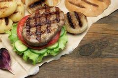 Обед с домодельными бургерами зажаренными BBQ, взгляд сверху пикника Стоковые Фотографии RF