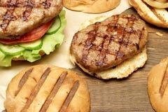 Обед с домодельными бургерами зажаренными BBQ, взгляд сверху пикника Стоковая Фотография