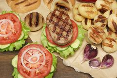 Обед с домодельными бургерами зажаренными BBQ, взгляд сверху пикника Стоковые Изображения