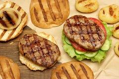 Обед с домодельными бургерами зажаренными BBQ, взгляд сверху пикника Стоковое Фото