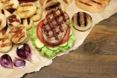 Обед с домодельными бургерами зажаренными BBQ, взгляд сверху пикника Стоковая Фотография RF