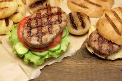 Обед с домодельными бургерами зажаренными BBQ, взгляд сверху пикника Стоковое Изображение