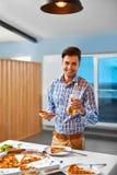 обед Человек есть пиццу, выпивая пиво Фаст-фуд, питание, l Стоковые Изображения RF