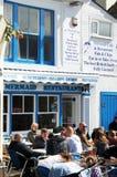 Обед людей вне ресторана рыб & обломоков Стоковое Изображение