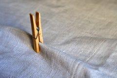 Обжатия ткани зажимки для белья стоковое фото