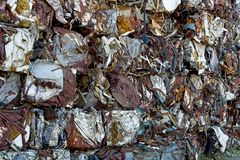 Обжатое и штабелированное старье металла стоковая фотография