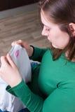 Обжуливая доказательство: lipstic метки на футболке супруга Стоковые Изображения RF