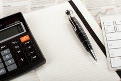 Обзор деловой газеты с клавиатурой и калькулятором. стоковые фото