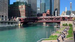 Обзор занятой Рекы Чикаго где круизы службы береговой охраны под мостом St Wells, который поезд el пересекает, & пешеходами акции видеоматериалы