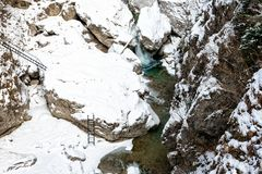 Обзор красивого малого каньона с замороженным рекой Стоковое Изображение RF