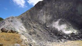 Обзор панорамы активного куря вулкана Sibayak E сток-видео