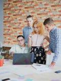 Обзор работников офиса планирует и проектирует на компьтер-книжке Стоковое фото RF
