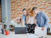 Обзор работников офиса планирует и проектирует на компьтер-книжке Стоковые Изображения