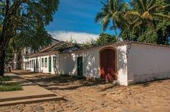 Обзор старых покрашенных домов, пальмы и булыжника в Paraty стоковые фотографии rf